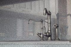 Il miscelatore originale della cucina contro lo sfondo di aprile di pietra Fotografie Stock Libere da Diritti