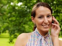 il mobile all'aperto telefona usando la donna Fotografia Stock Libera da Diritti