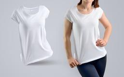 Il modello alla moda ha messo con la giovane donna atletica nel t-shir bianco Immagini Stock