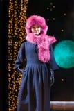 Il modello asiatico dimostra il vestito dalla pelliccia Immagini Stock