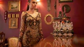 Il modello attraente della ragazza corregge un vestito prima di una sessione di foto retro stile, industria della moda, bellezza, archivi video