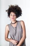 Il modello castana ispano con l'afro gradisce i capelli Immagine Stock