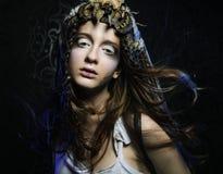 Il modello con il hairstyling creativo e luminosi compongono Immagine Stock