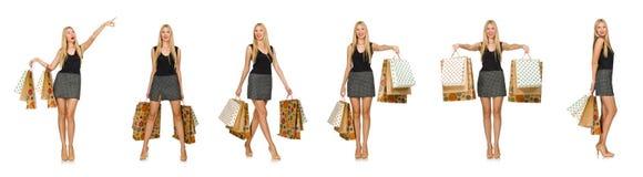Il modello dei capelli biondi che giudica i sacchetti di plastica isolati su bianco Immagine Stock Libera da Diritti