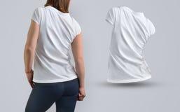 Il modello dei vestiti ha messo con la donna atletica esile nel bianco t-SH Immagini Stock