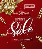 Il modello del buon anno e di Buon Natale delle insegne di vendite con il Natale si piega con le decorazioni su un fondo rosso Fotografia Stock Libera da Diritti