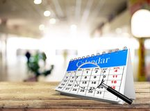 Il modello del calendario dell'organizzatore con ingrandice il vetro Fotografia Stock Libera da Diritti