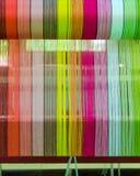 Il modello del filato è installato sul banco del telaio e aspetta per tessere Immagini Stock
