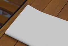 Il modello del giornale su un fondo di legno Immagini Stock Libere da Diritti