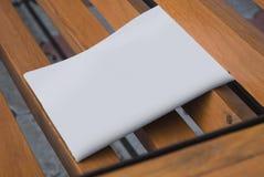 Il modello del giornale su un fondo di legno Fotografie Stock Libere da Diritti