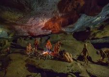 Il modello della gente che vive nell'età della pietra nel Cango scava Fotografia Stock Libera da Diritti