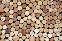 Il modello delle bottiglie di vino utilizzate tappa il primo piano del fondo Fotografie Stock Libere da Diritti