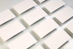 Il modello delle pile orizzontali dei biglietti da visita ha sistemato nelle file a fondo di carta strutturato bianco fotografia stock