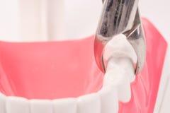 Il modello dentario e lo strumento dentario dimostrano alla carie di rimozione fotografia stock libera da diritti