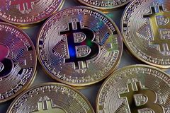 Il modello di Bitcoin dorato conia con le multi riflessioni di colore Immagine Stock Libera da Diritti