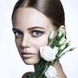 Il modello di moda calmo Woman di bellezza affronta Ritratto con il fiore di Rosa bianca immagini stock libere da diritti