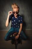 Il modello di moda fresco sta decollando i suoi occhiali da sole Immagine Stock Libera da Diritti