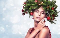 Il modello di moda Girl di bellezza con abete si ramifica decorazione Fotografie Stock