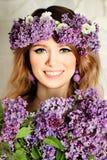 Il modello di moda Girl di bellezza con il lillà fiorisce lo stile di capelli Immagine Stock