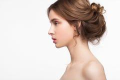 Il modello di moda sveglio di bellezza con naturale compone immagine stock libera da diritti