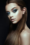 Il modello di moda Woman con la fantasia compone Capelli marroni lungamente di salto fotografie stock