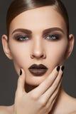 Il modello di modo con gli orli prepara, occhi fumosi, chiodi Fotografia Stock