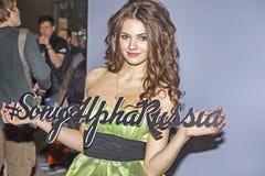 Il modello di Sony Alpha Russia s del rappresentante è nella stenditura per i phptographers alla fiera commerciale ed alla mostra Fotografia Stock