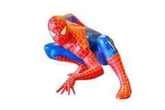 Il modello di Spider-Man si siede giù è isolato su fondo bianco del carattere dalla concessione di film dello Spiderman fotografia stock