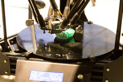 il modello di stampa della stampante 3D obietta usando il processo additivo Immagine Stock