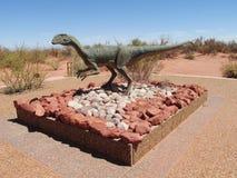 Il modello di un dinosauro nella sabbia fotografie stock libere da diritti