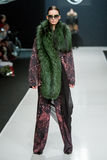 Il modello femminile alla sfilata di moda Valentin Yudashkin nella settimana di modo di Mosca, Caduta-inverno 2016/2017 Immagini Stock