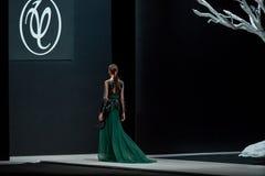 Il modello femminile alla sfilata di moda Valentin Yudashkin nella settimana di modo di Mosca, Caduta-inverno 2016/2017 Immagine Stock