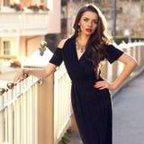 Il modello femminile splendido in vestito nero con ritaglio mette Immagine Stock Libera da Diritti