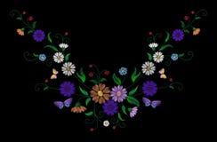 Il modello floreale variopinto del ricamo con le rose canine ed il myosotis fiorisce Ornamento piega tradizionale di modo di vett Fotografia Stock