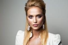 Il modello grazioso con luminoso compone eyeliner fotografia stock