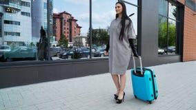 Il modello grazioso 20s sta camminando con una fine della valigia su video d archivio