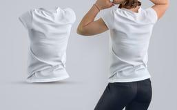 Il modello ha messo con la bella donna attiva nella maglietta in bianco e Immagini Stock Libere da Diritti