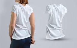 Il modello ha messo con la bella ragazza esile nella maglietta bianca e Immagine Stock Libera da Diritti