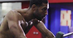 Il modello maschio afroamericano va dentro per gli sport nella palestra stock footage