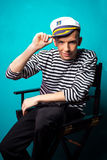 Il modello molto attraente del giovane si è vestito come un marinaio - tiro dello studio Fotografie Stock Libere da Diritti