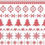Il modello nordico con gli elementi di Natale ha cucito nel rosso Fotografia Stock Libera da Diritti