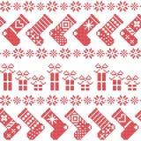 Il modello nordico scandinavo di Natale con le calze, le stelle, fiocchi di neve, presenta in punto trasversale nel rosso Immagini Stock Libere da Diritti