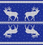 Il modello orizzontale senza cuciture con i cervi e la neve da bianco hanno tricottato le bande su un fondo blu illustrazione vettoriale