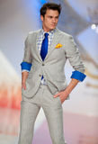 Il modello porta i vestiti fatti da modo dell'Ego Men