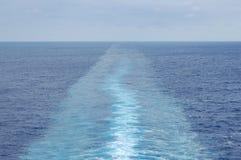 Il modello quasi calmo di risveglio di una nave da crociera Fotografia Stock