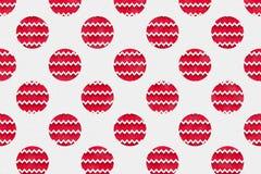 Il modello rosso della palla di Natale su carta ha strutturato il fondo Fotografia Stock Libera da Diritti
