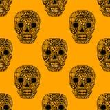 Il modello senza cuciture con decora il nero dell'ornamento dipinto cranio sull'arancia Immagine Stock Libera da Diritti