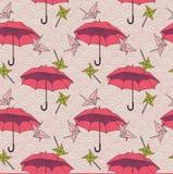 Il modello senza cuciture con gli ombrelli variopinti e gli origami cranes nello stile asiatico Immagine Stock