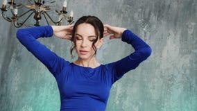 Il modello sexy alla moda della ragazza sta in un vestito blu lungo video d archivio