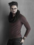 Il modello sexy dell'uomo di modo ha vestito la posa casuale drammatica Fotografia Stock Libera da Diritti